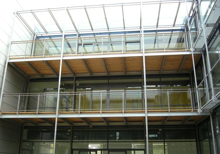 Vorbaubalkone mit einem Geländer aus Metallkonstruktion