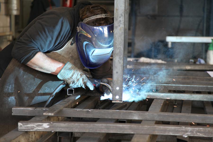 Mitarbeiter von Koch Metallbau beim Schweißen
