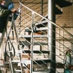 Werkstattarbeiten an einer Rundtreppe aus Stahl