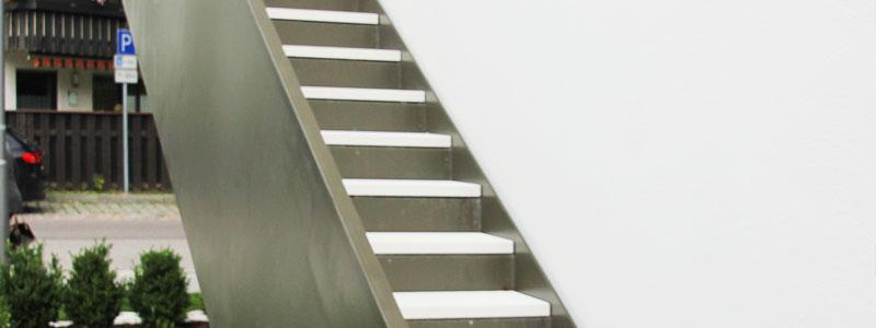 Edelstahltreppe mit weißen Stufen