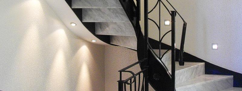 Gewendelte Marmortreppe mit Geländer aus Stahl