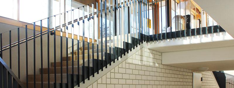 Treppenhaus mit Metalltreppe