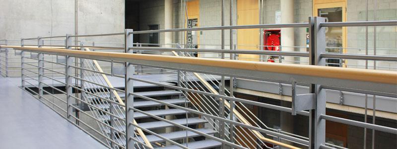 Treppe aus Stahl mit Holzhandlauf