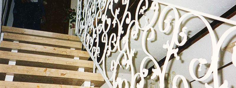 Treppenaufgang mit verschnörkeltem Geländer