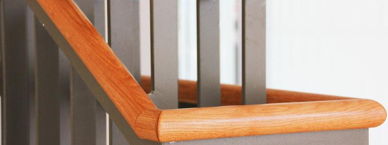 Detailansicht gewinkeltes Treppengeländer mit Holzhandlauf