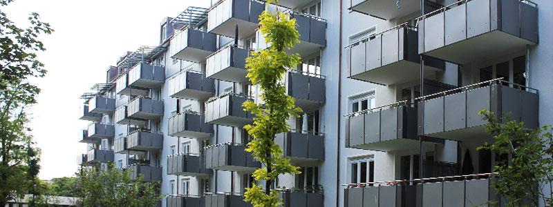 Hausfassaden mit Balkonen