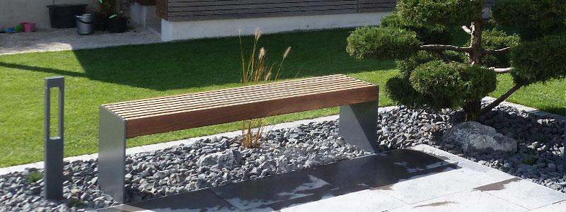 Gartenbank aus Metall mit Holzsitzfläche