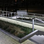 Trepengeländer mit LED-Handlauf bei Nacht