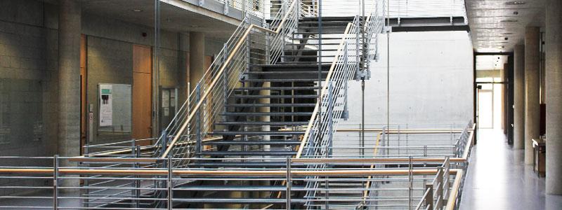 Modernes Treppenhaus in Schule