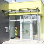Eingangstür aus Metall mit Überdachung