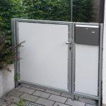 Gartentür aus Metall mit Briefkasten