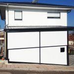 Haus mit Garage und Regenrinne von der Seite