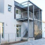 Außentreppe mit Überdachung aus Metall