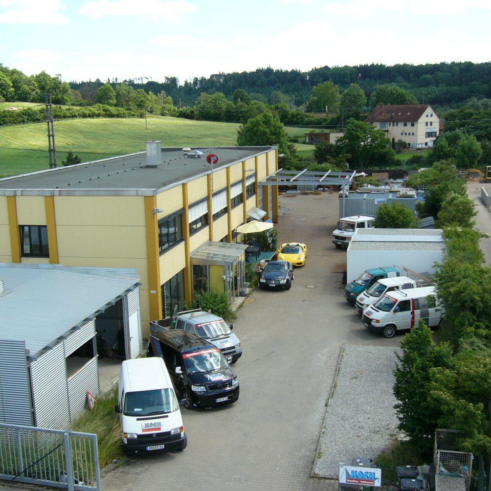 Firmengebäude von Koch Metallbau und Fahrzeuge aus der Luftansicht