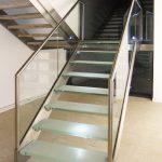 Metalltreppe mit Stufen aus Glas