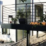 Balkon mit Geländer und Holzboden
