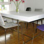 Weißer Tisch mit Metallkonstruktion
