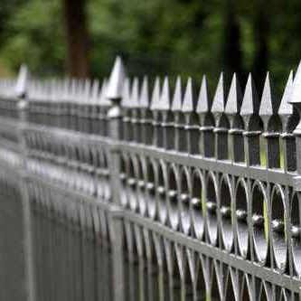 Zaun aus Metallkonstruktion
